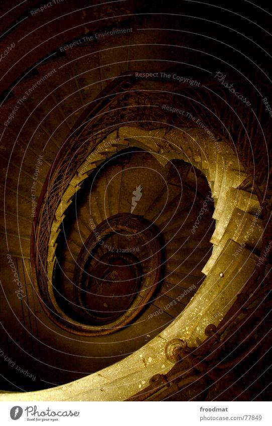 spiral staircase Spirale Langzeitbelichtung Taschenlampe Nacht gruselig Geister u. Gespenster verfallen geheimnisvoll braun dunkel gemalt Schwung geschwungen
