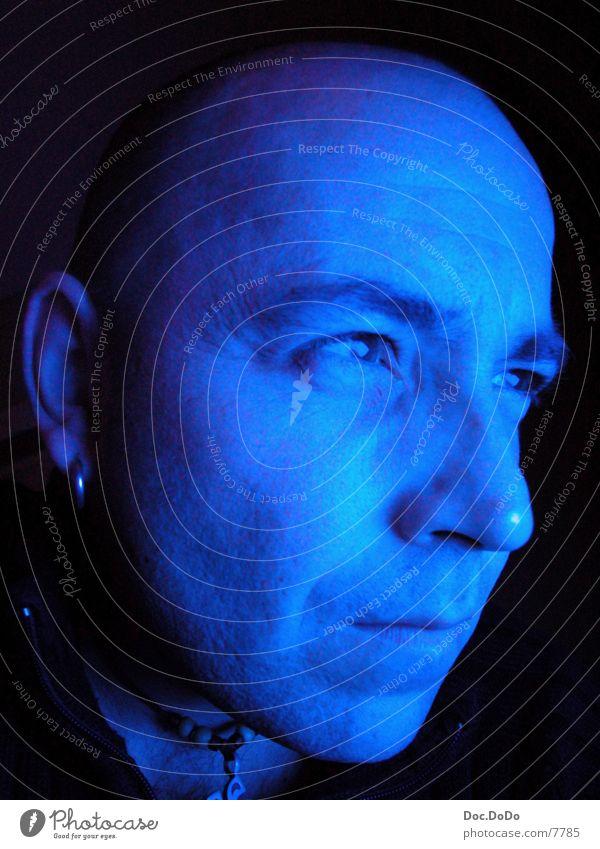 BlueTime1 Glatze Langzeitbelichtung Mann blau Fernsehen