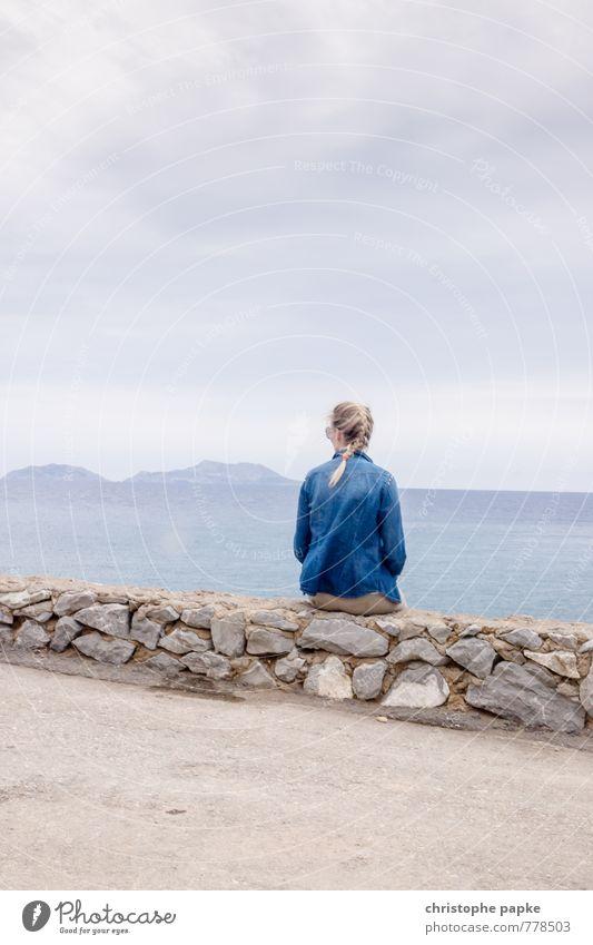 Tag am Meer in grau-blau Mensch Himmel Jugendliche Ferien & Urlaub & Reisen Sommer Erholung Junge Frau ruhig Wolken 18-30 Jahre Ferne Erwachsene Wand feminin
