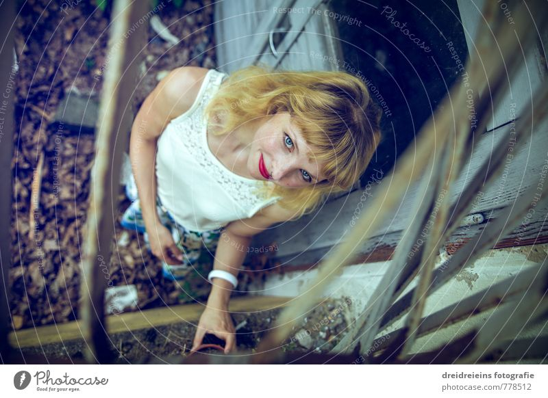 Guck mal Mensch Jugendliche Junge Frau dunkel feminin natürlich Tür blond stehen berühren kaputt Vergänglichkeit retro einzigartig Neugier geheimnisvoll