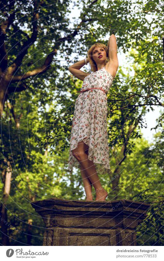 Posen im Park Jugendliche schön Baum Junge Frau Erotik Leben Bewegung feminin natürlich Glück Idylle blond stehen Tanzen Romantik Kleid