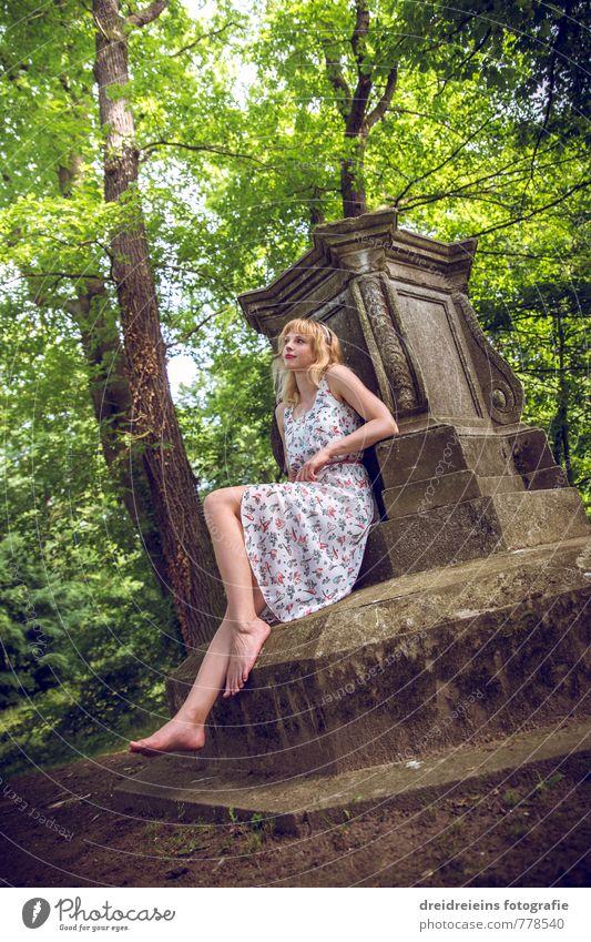 Ein Nachmittag im Park Mensch Jugendliche schön Baum Einsamkeit Erholung Junge Frau feminin Liebe natürlich Idylle Zufriedenheit blond sitzen warten