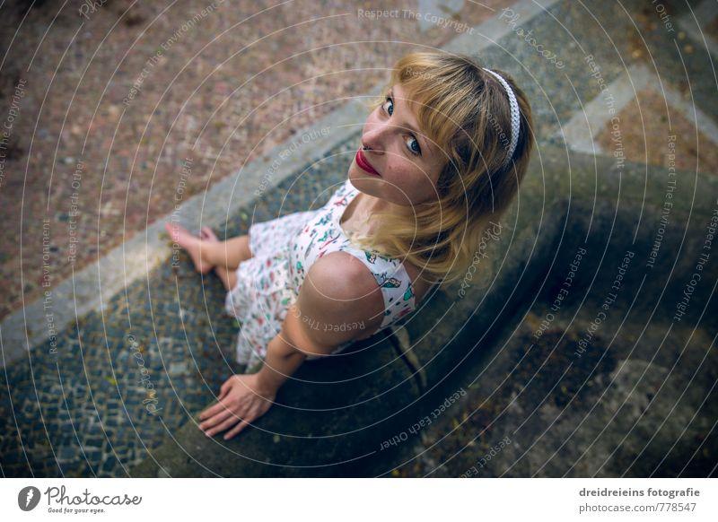 Blick nach oben schön feminin Junge Frau Jugendliche 1 Mensch Kleid Haarband blond langhaarig Lächeln stehen Freundlichkeit natürlich Erotik Glück Vertrauen