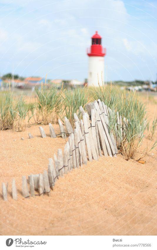 F Ferien & Urlaub & Reisen Tourismus Sommerurlaub Strand Meer Natur Küste Menschenleer Leuchtturm hell rot Dünengras Stranddüne Zaun Staketenzaun Frankreich
