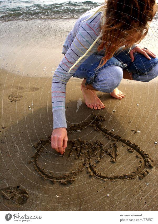 ich schreib deinen namen in den sand. Wasser Ferien & Urlaub & Reisen Sonne Meer Strand Erholung Liebe kalt Wärme Junge Frau Sand Stein Denken träumen