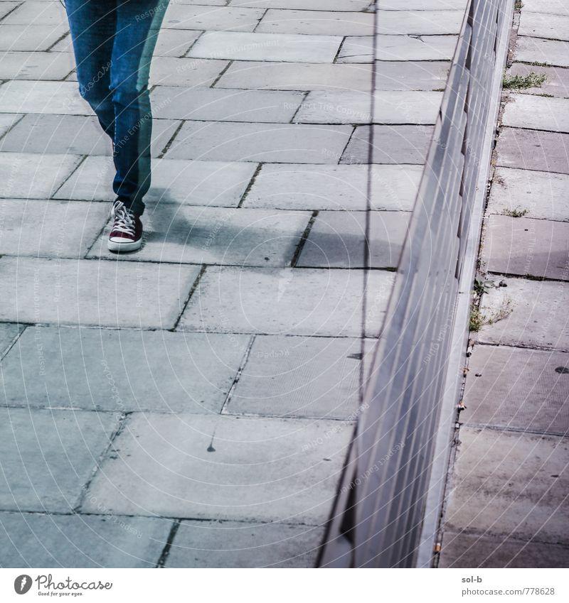 Mensch Jugendliche Stadt Junge Frau Junger Mann Fenster Straße feminin Stil Beine Lifestyle laufen Coolness Fußweg trendy Jeanshose