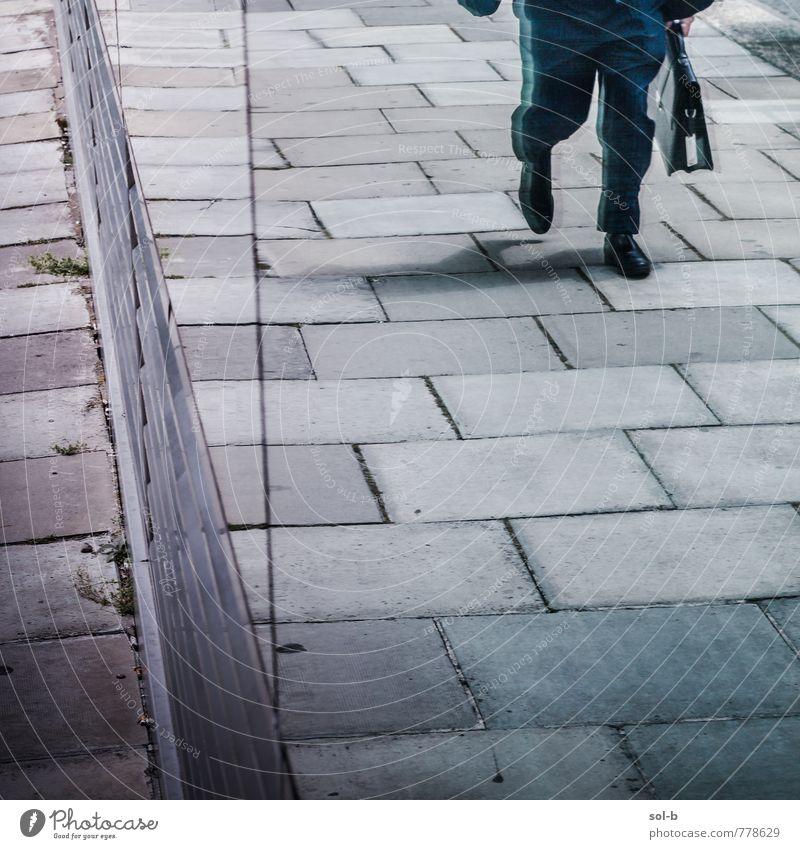 quadratisch Lifestyle Arbeit & Erwerbstätigkeit Beruf Büroarbeit Wirtschaft Business Mensch maskulin Mann Erwachsene Leben Beine 1 Stadt Fenster Fußgänger