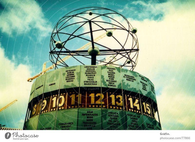 Weltzeituhr Himmel Berlin Architektur Zeit Uhr Baustelle Ziffern & Zahlen Denkmal Wahrzeichen Kran Kunstwerk Alexanderplatz Lomografie Weltzeituhr
