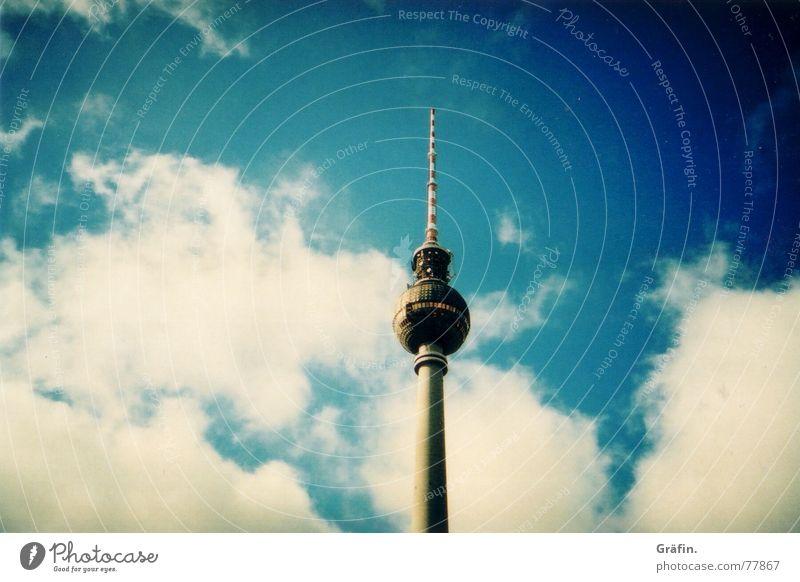 Fernsehturm Wahrzeichen Wolken Vignettierung Denkmal Lomografie Berlin Berliner Fernsehturm Himmel cross Antenne Bekanntheit