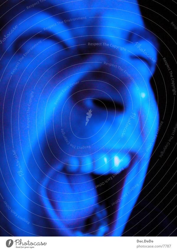 BlueTime4 Langzeitbelichtung Mann blau Fernsehen