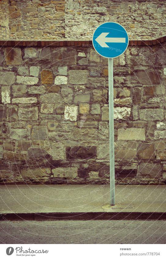 einweg Verkehr Straße Verkehrszeichen Verkehrsschild blau Pfeil Hinweisschild Einbahnstraße Richtung richtungweisend Verkehrsregel abbiegen Anweisung Farbfoto