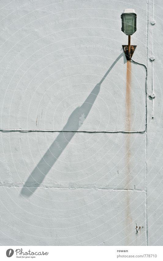 lampe Kabel Mauer Wand alt Rost Lampe Beleuchtung Licht weiß Elektrizität Wandleuchte Straßenbeleuchtung Farbfoto Außenaufnahme Menschenleer Tag