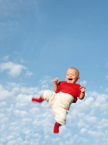 You make me smile Baby Kleinkind Kind Fröhlichkeit grinsen rot weiß springen Luft Wolken Licht lachen kinderlachen blau werfen hoch Himmel