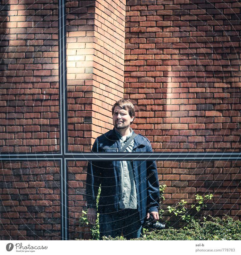 Mensch Ferien & Urlaub & Reisen Jugendliche Mann Stadt Sommer 18-30 Jahre Junger Mann Fenster Erwachsene Wand Mauer Denken Linie hell Arbeit & Erwerbstätigkeit