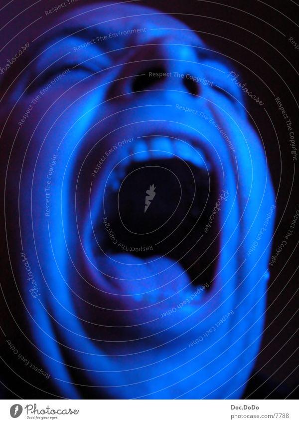 BlueTime6 Langzeitbelichtung Mann blau Fernsehen