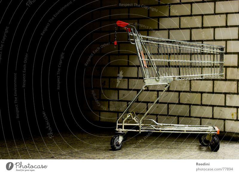Ihr Warenkorb ist leer Einsamkeit Wand Stein Mauer Metall Bodenbelag Güterverkehr & Logistik Ladengeschäft parken Gitter Rolle Supermarkt Einkaufswagen schieben