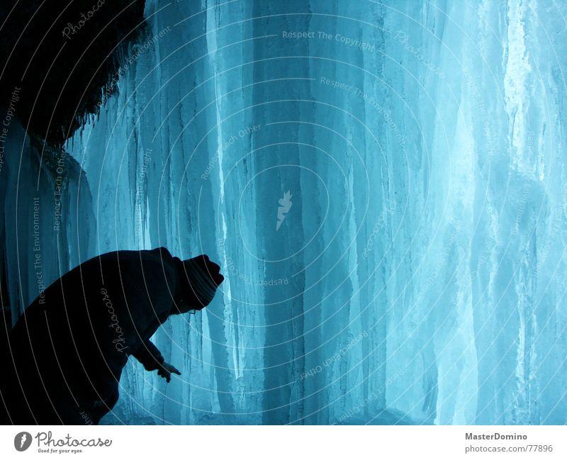 Icicle Waterfall Eiszapfen gefroren kalt Winter Ewiges Eis weiß Mann bücken Blick berühren begutachten staunen lang schwer hart Wasserfall blau Mensch beugen