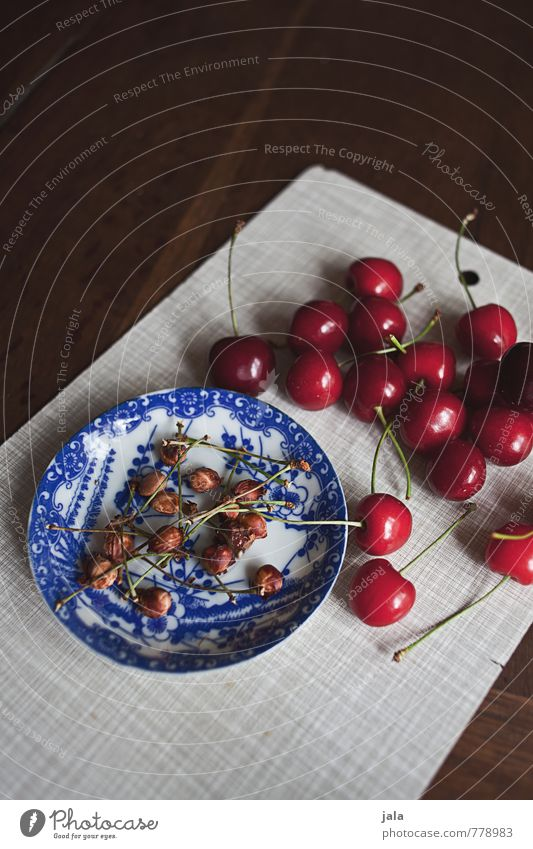 kirschen Lebensmittel Frucht Kirsche Kirschkern Ernährung Bioprodukte Vegetarische Ernährung Fingerfood Teller Schneidebrett Gesunde Ernährung frisch Gesundheit