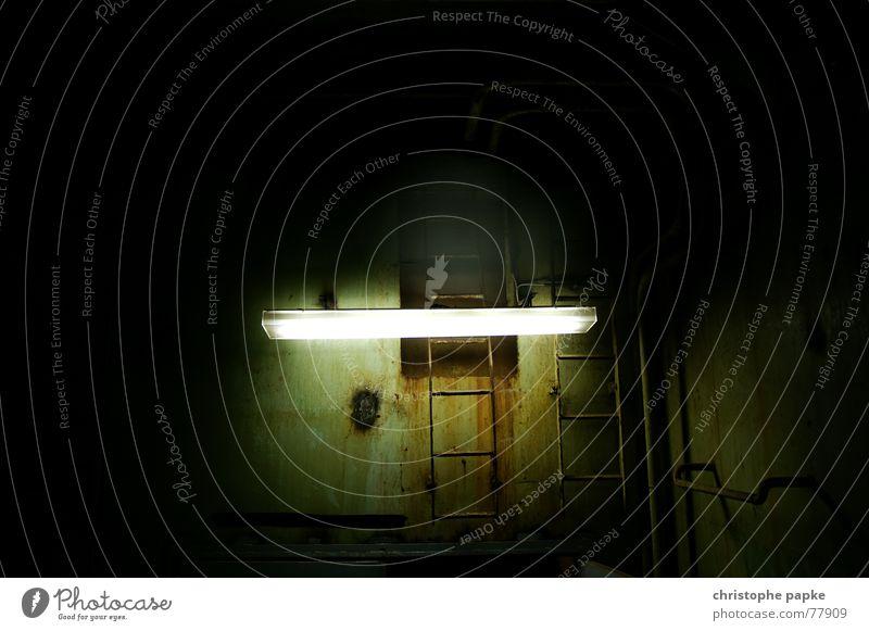 Lampe vor rostiger Wand Industrie Keller Leiter Metall Stahl Rost alt dreckig dunkel gruselig trashig trist Eisen Neonlicht gefangen industrieromantik schäbig