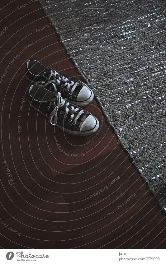 bodenständig | rumstehen Häusliches Leben Wohnung Teppich Parkett Mode Schuhe Turnschuh Chucks einfach trendy schön graphisch Farbfoto Innenaufnahme