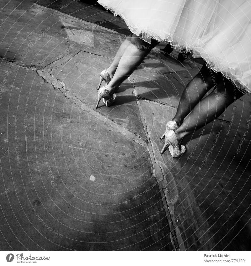 Straßenhochzeit Lifestyle elegant Stil Freude schön Wellness Entertainment ausgehen Feste & Feiern Hochzeit Mensch feminin Beine Fuß 2 ästhetisch Erotik modern