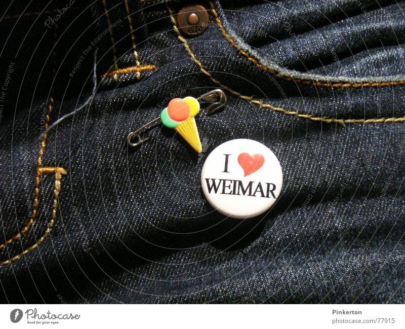 Weimar liegt an der Ilm. Liebe Herz Jeanshose Kitsch Jeansstoff Heimat Stolz Fan Accessoire Naht Niete Krimskrams Anstecker Thüringen Bewohner