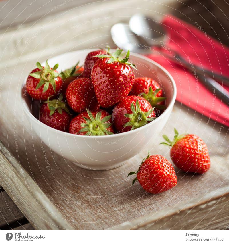 Erdbeerig #1 Lebensmittel Frucht Erdbeeren Ernährung Schalen & Schüsseln Löffel frisch Gesundheit lecker braun rot silber genießen Holztablett Serviette