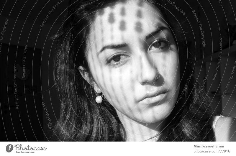 Portrait of Dorna einfach ernst dunkel Porträt Raum Denken Iraner Motivation Lichtspiel Zukunft Trauer Reichtum Innenaufnahme Schatten schwarz weiß Ohrringe