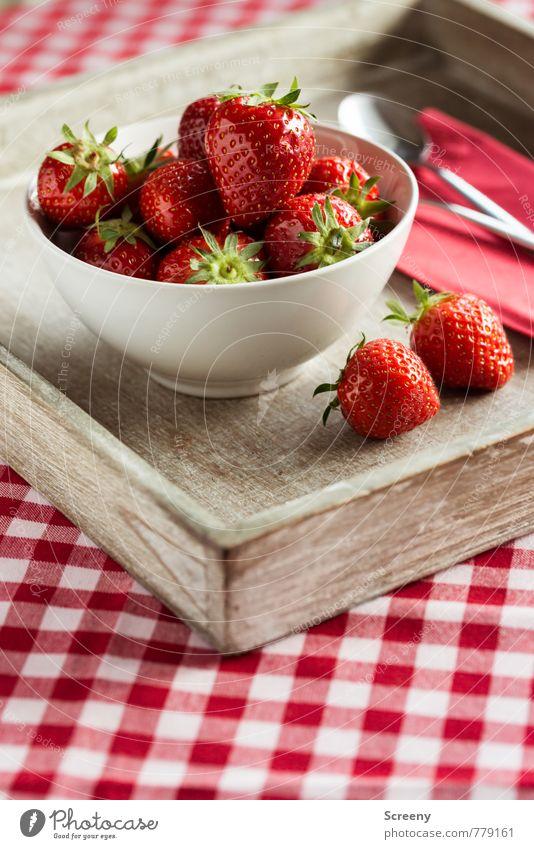 Erdbeerig #2 rot Gesundheit braun Lebensmittel Frucht frisch genießen Ernährung lecker Schalen & Schüsseln kariert Tischwäsche Erdbeeren Löffel Serviette