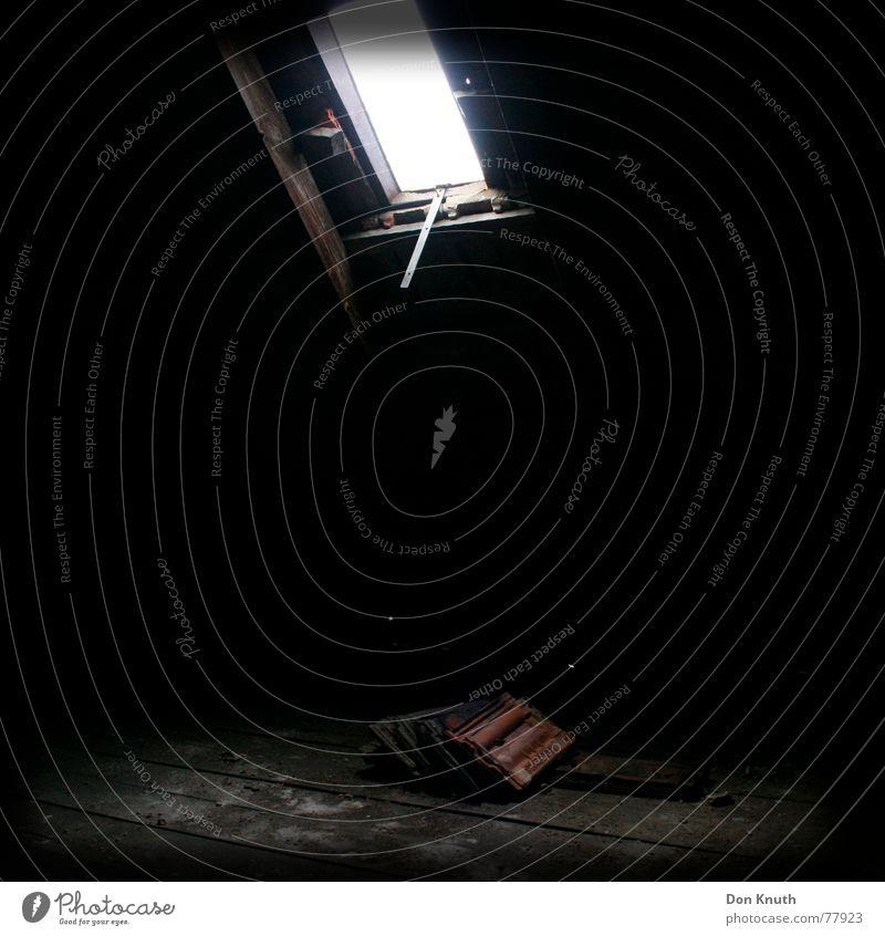 Dachboden Licht dunkel Backstein rot Bodenbelag Schatten Lampe