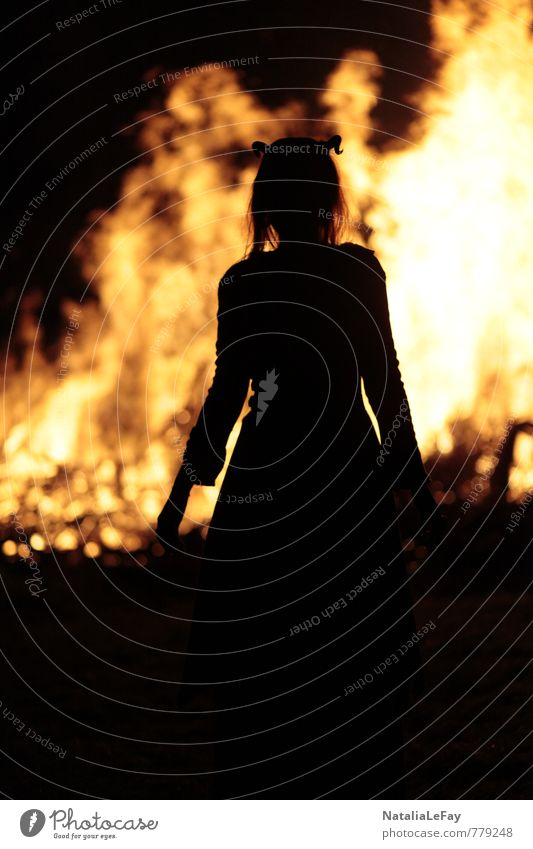 Feuer Dämon Nachtleben Halloween Hexenfeuer feminin Frau Erwachsene Hexentanzplatz Teufel Urelemente Wärme Feuerstelle leuchten bedrohlich dunkel gruselig heiß