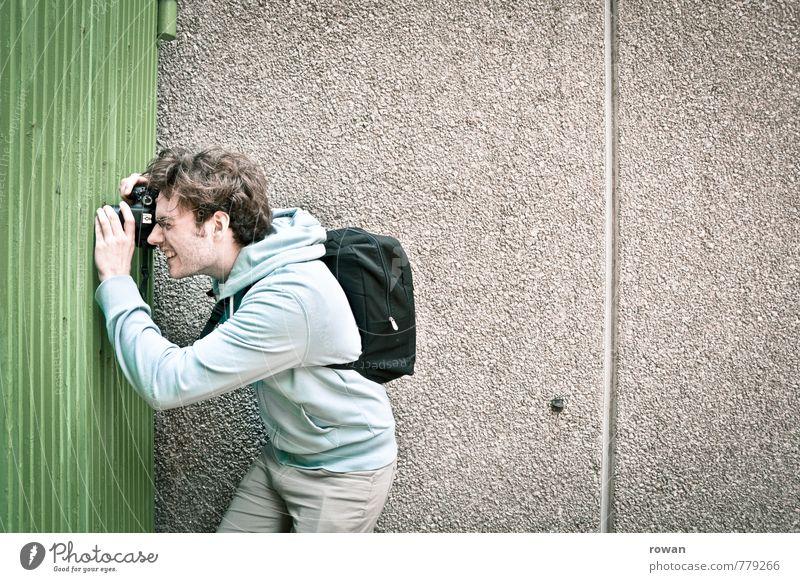 photographer Mensch Jugendliche Mann Junger Mann Erwachsene maskulin beobachten Sicherheit Zaun Gitter Fotograf Fotografieren spionieren Spitzel fokussieren Paparazzo