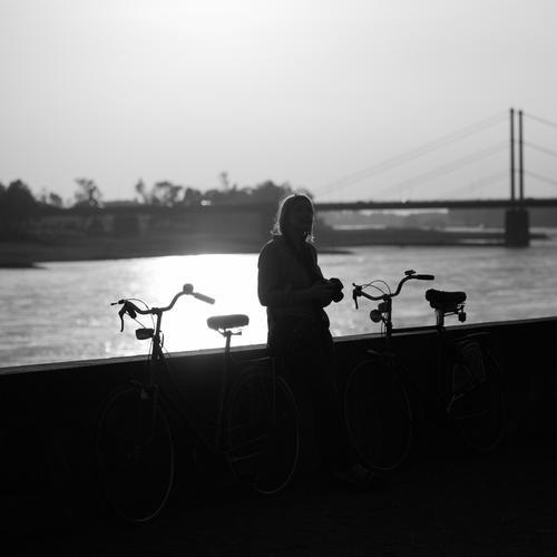 D Ausflug Sommer Sommerurlaub Mensch feminin Frau Erwachsene Leben 1 30-45 Jahre Umwelt Natur Wasser Himmel Sonnenlicht Schönes Wetter Flussufer Verkehr