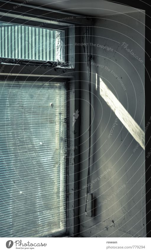 lichteinfall alt Haus Fenster Wand Mauer Gebäude hell dreckig Bauwerk schäbig Lichtstrahl Lichtschein Lichteinfall Einfamilienhaus Sichtschutz