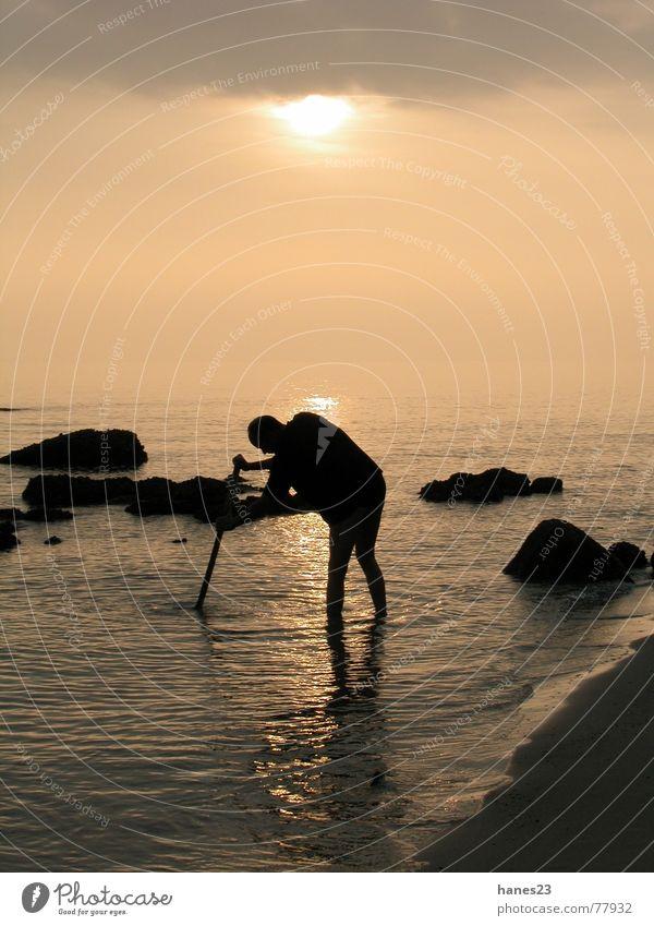 Mann am Meer Sonne Strand Suche Felsen Griechenland Chalkidiki