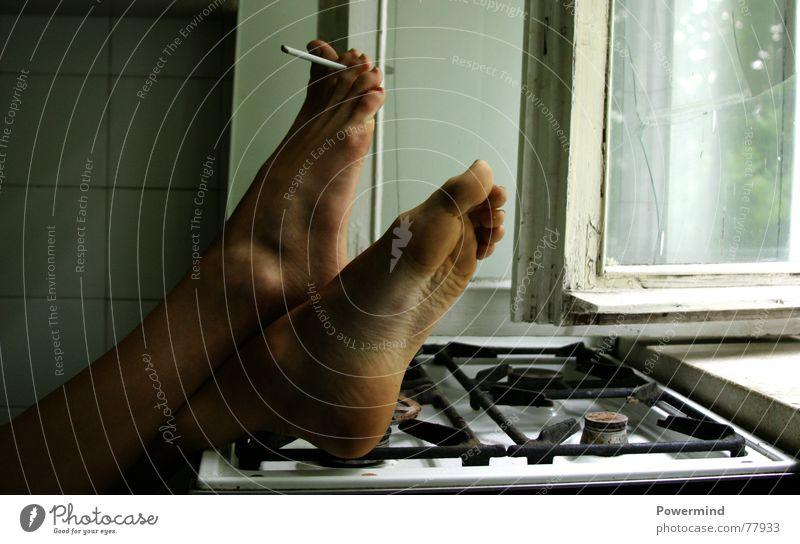 SpielMitDemTod Rauchpause Frau Herd & Backofen Fenster Zigarette retro Spielen Brandgefahr Gasherd Explosionsgefahr miitagspause woman Beine