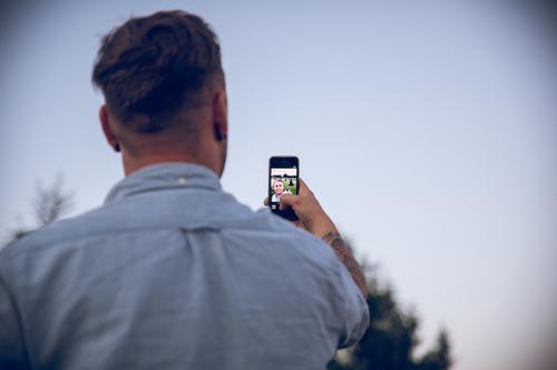 The Selfie Guy Lifestyle Handy Mensch maskulin Mann Erwachsene 1 Wolkenloser Himmel Sommer Schönes Wetter Hemd brünett blond kurzhaarig gebrauchen beobachten