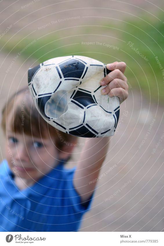 Traum geplatzt Mensch Kind Traurigkeit Gefühle Junge Sport Spielen Stimmung Freizeit & Hobby maskulin Kindheit Fußball kaputt Ball 8-13 Jahre Ende