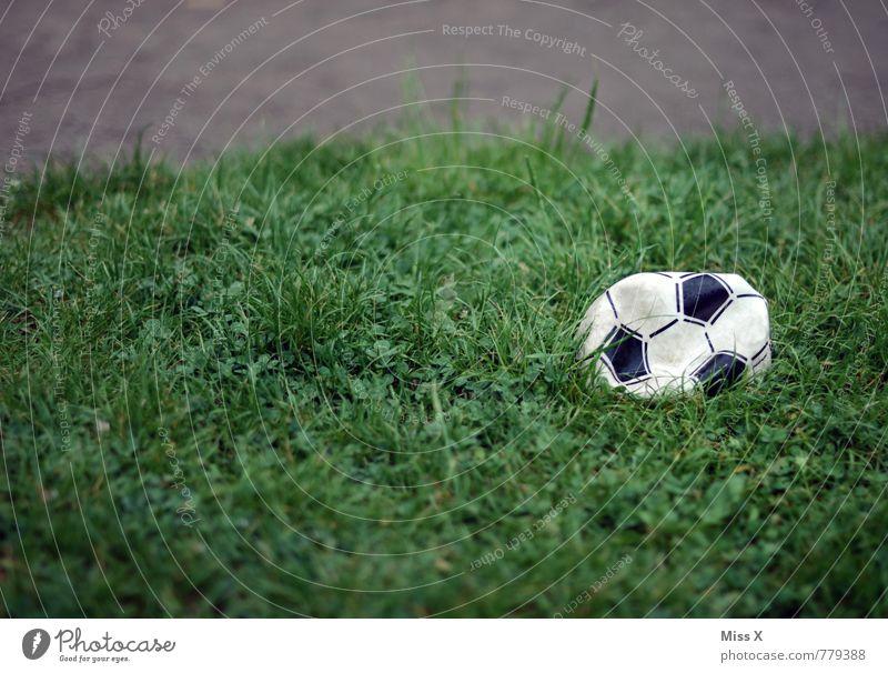 Aus! Luft raus Sport Verlierer Ball Sportstätten Fußballplatz Gras Wiese kaputt Traurigkeit Enttäuschung verloren verlieren Abstieg Farbfoto Außenaufnahme