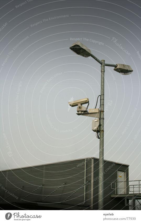 Biometrische Kundensuche Himmel Licht grau Gebäude Blech beobachten Überwachung Lampe Herbst Wolken Fenster Parkplatz parken Verkehr Fotografie Hoffnung