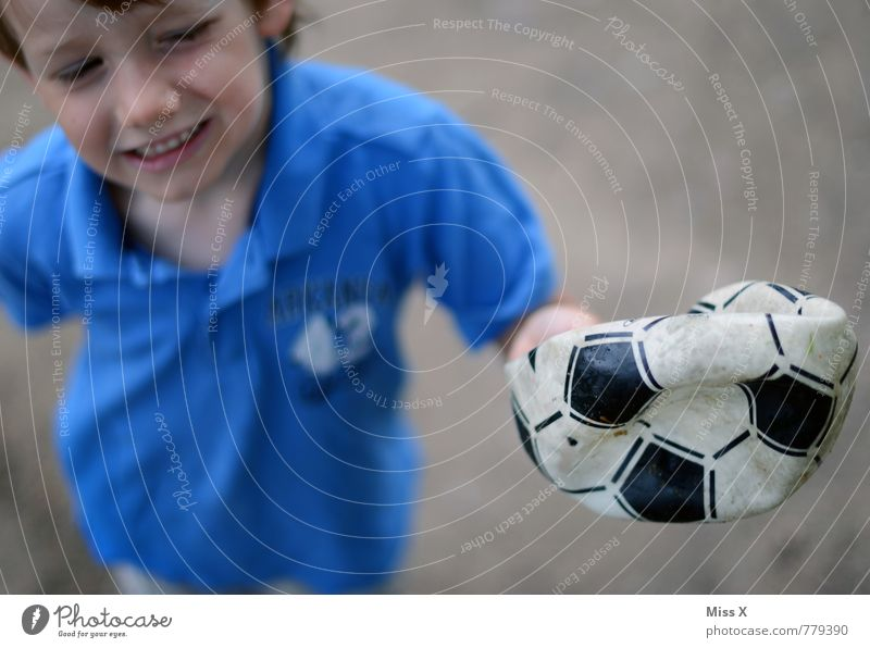 Luft raus Mensch Kind Traurigkeit Gefühle Junge Sport Spielen Stimmung maskulin Kindheit Fußball kaputt Ball Schmerz Loch weinen