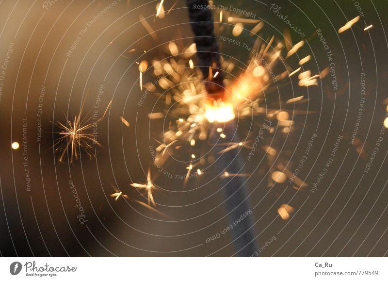 Wunderkerze Funken authentisch glänzend Glück Unendlichkeit schön nah grau orange Gefühle Freude Euphorie Kraft Willensstärke Silvester u. Neujahr