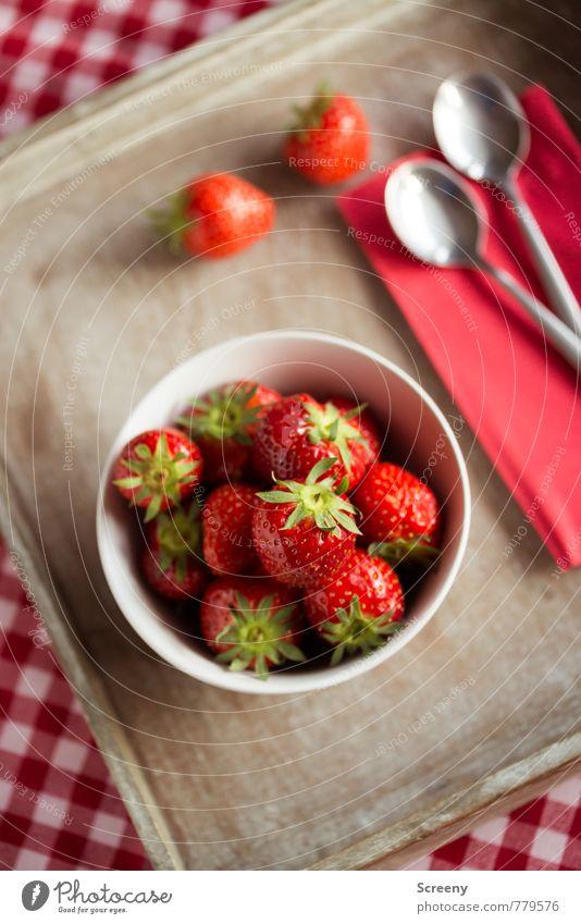 Erdbeerig #3 weiß rot Gesundheit braun Lebensmittel Frucht frisch genießen Ernährung lecker Schalen & Schüsseln silber kariert Tischwäsche Erdbeeren Löffel
