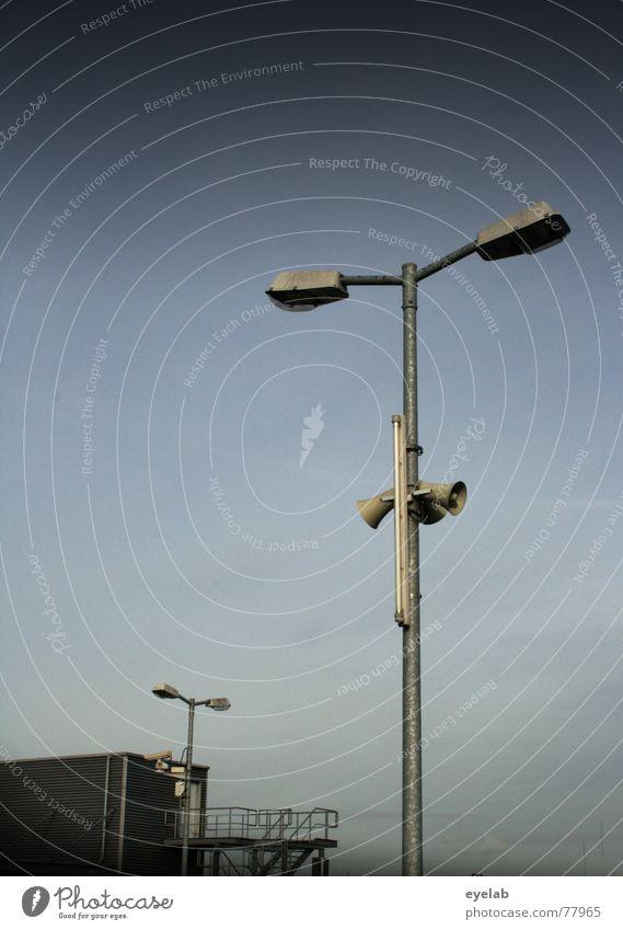 Mal wieder Laterne gehen !? Himmel Licht grau Gebäude Blech beobachten Überwachung Lampe Herbst Wolken Fenster Parkplatz parken Verkehr Fotografie Hoffnung