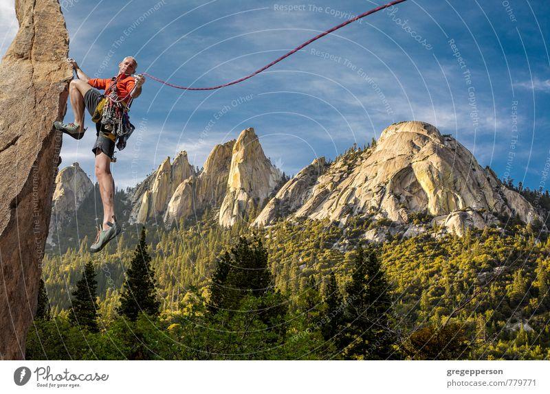 Mensch Mann Wolken Erwachsene Berge u. Gebirge Erfolg Seil Abenteuer Klettern Höhenangst Mut Gleichgewicht Bergsteigen selbstbewußt greifen Klippe