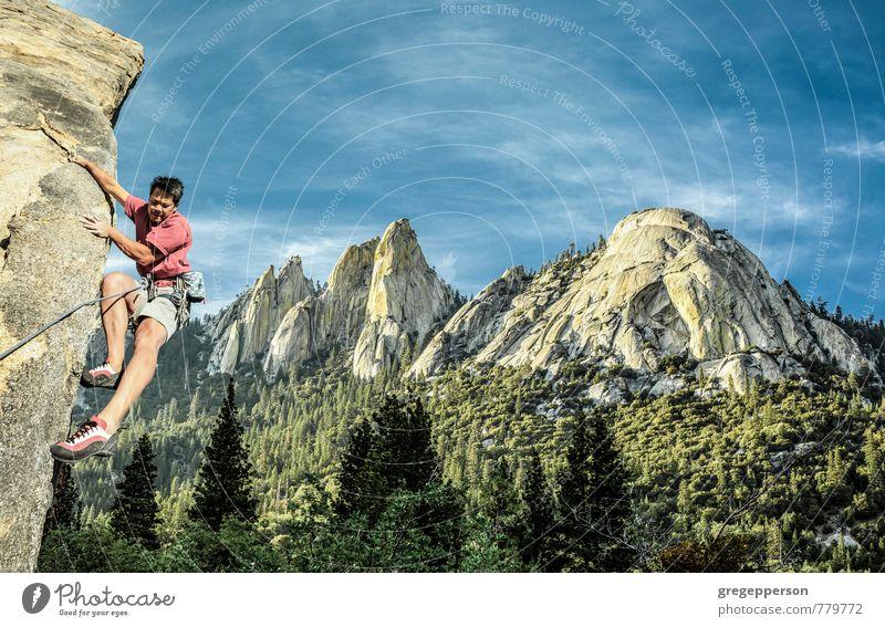 Kletternde Zehenspitzen am Rand. Abenteuer Bergsteigen Erfolg Seil Mann Erwachsene 1 Mensch 30-45 Jahre Wolken Berge u. Gebirge selbstbewußt Mut Tatkraft
