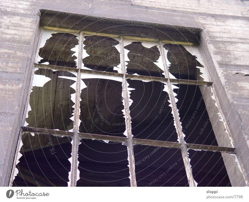 zerbrochene Scheiben Fenster Industrie Scherbe Duisburg