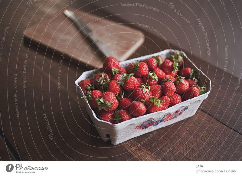 erdbeeren Lebensmittel Frucht Erdbeeren Ernährung Bioprodukte Vegetarische Ernährung Messer Schneidebrett ästhetisch frisch Gesundheit lecker natürlich
