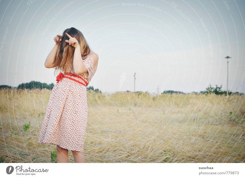 muh ... weiblich Kind Mädchen junges Mädchen Kindheit Körper Haut Kopf Haare & Frisuren Arme Hand Finger 3-8 Jahre Umwelt Natur Landschaft Himmel Sommer