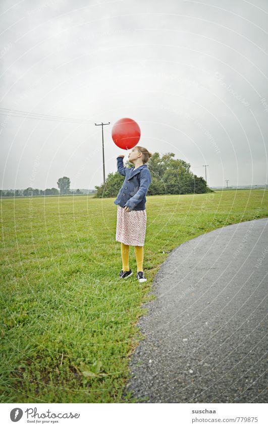 kind mit rotem ballon II Mensch Himmel Kind Natur Sommer Landschaft Mädchen Umwelt feminin Gras Wege & Pfade Frühling Spielen Kindheit frei retro